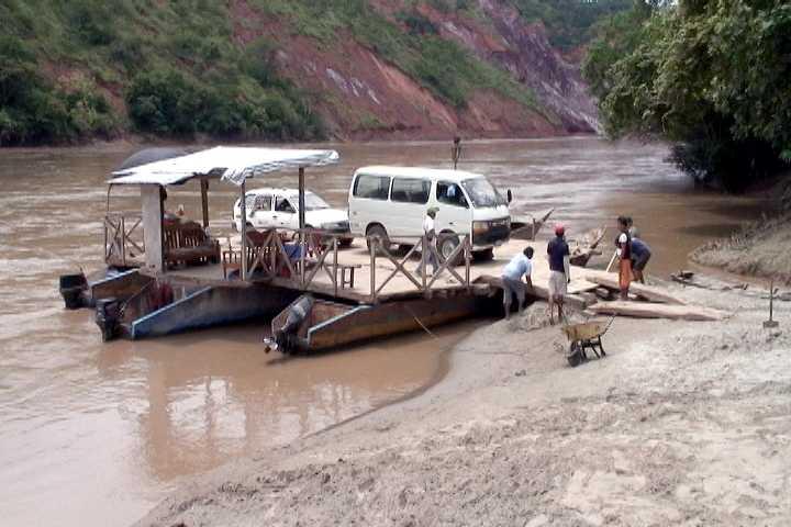 Camioneta del Gobierno Regional de San Martín desaparece en el río Huallaga