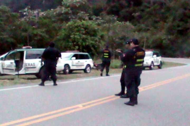 Sujetos armados se enfrentan a la policía al ser descubiertos asaltando en carretera
