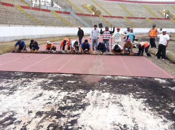 Continúa retiro de grass artificial y pista atlética del estadio Mansiche
