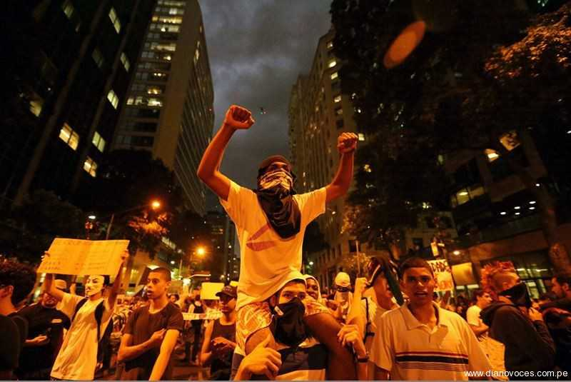 Brasil: Cientos protestaron sobre el techo del Congreso nacional