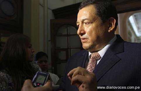 Víctor Noriega le mide la presión a Rolando Reátegui