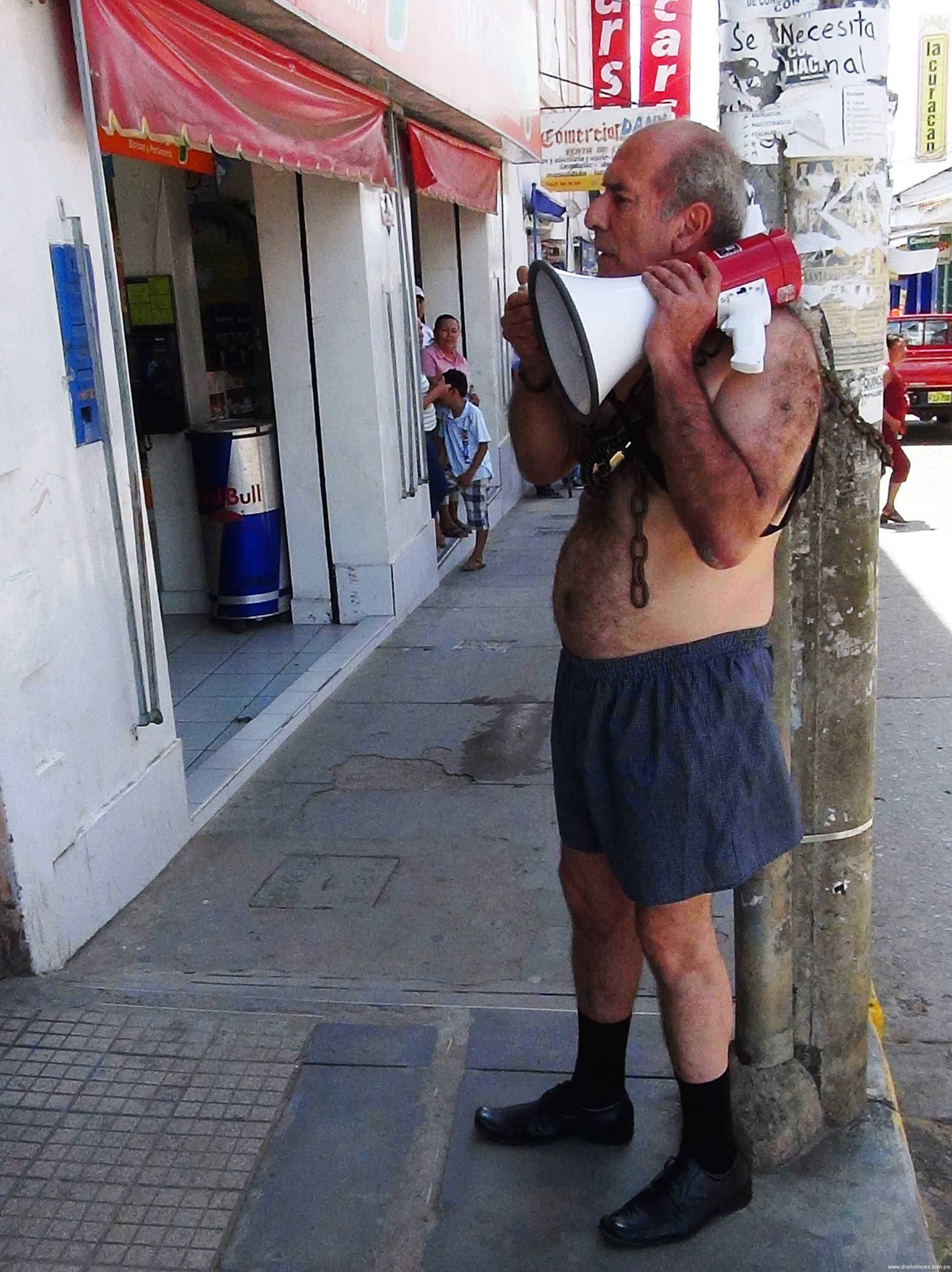 Padre de familia protesta semidesnudo en frontis del Poder Judicial