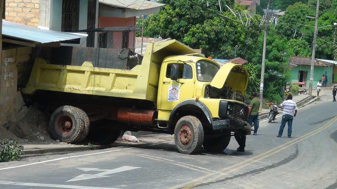 Cami N Volquete Del Municipio De Morales Se Despista Y