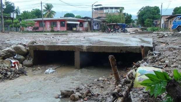 Lluvias afectan cunetas en la intersección de jirones Manco Inca y Colón