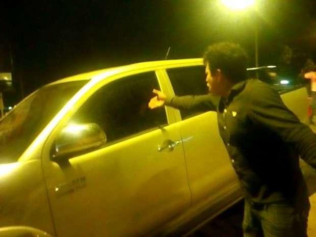 CARLOS PHILCO. Dentro del auto, increpado por los motocarristas
