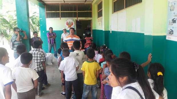 Critican entrega de cuadernos escolares con foto del alcalde de Lamas