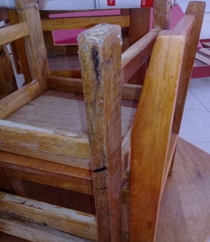 Mobiliario de mala calidad entrega gobierno regional en for Silla blanca patas madera