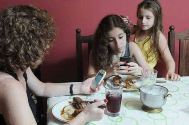 Seis errores que suelen  cometer los padres en la mesa