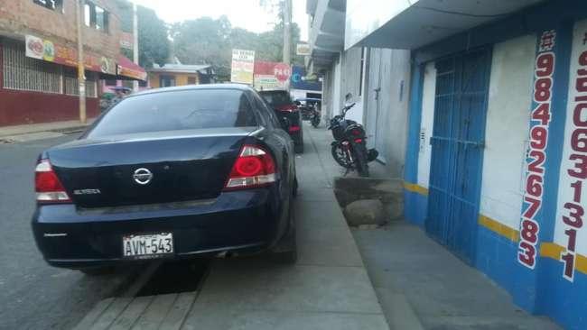Banda de Shilcayo: Conductores  estacionan sus vehículos en plena vereda