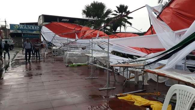 Torrencial lluvia afecta instalaciones de la Fería del Libro en Plaza de Tarapoto