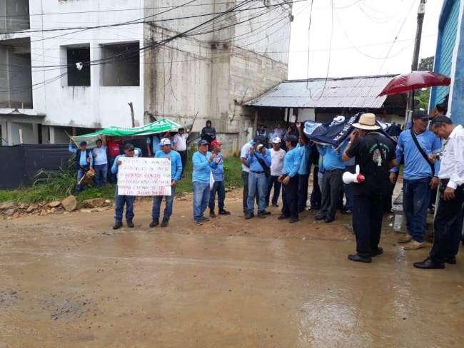 Trabajadores de EMAPA realizan plantón por incumplimiento de compromiso