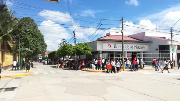 Más de 2 mil 500 usuarios de Pensión 65 abarrotaron Banco de la Nación