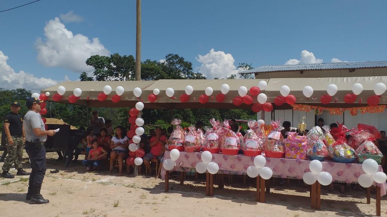 Personal policial agasaja a madres de familia del centro poblado Nuevo San Martín