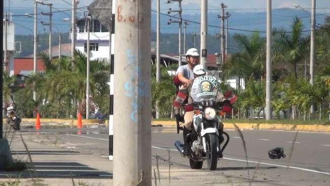 Policía de Tránsito restringe  calle para practicar acrobacia para el desfile patrio