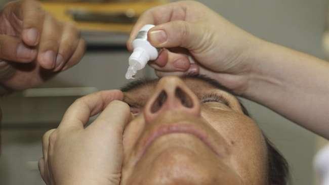 Uso de ungüentos y gotas para los ojos sin prescripción médica puede dañar más la visión