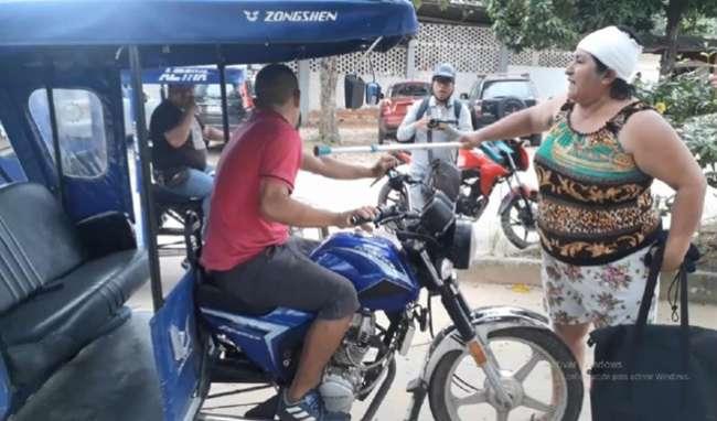 Mujer da paliza a mototaxista por rozar un trimóvil y casi provocar accidente