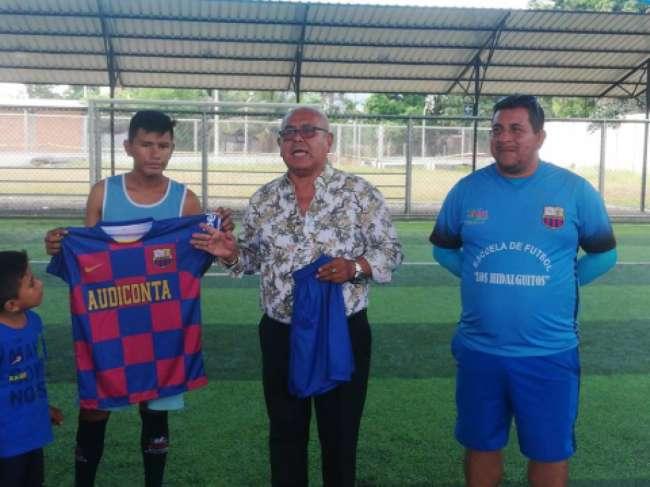 CPCC José Manuel Aparcana entregó indumentarias  deportivas a Los Hidalguitos