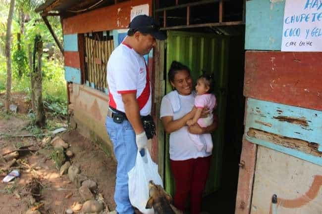 Autoridad edil hace entrega de víveres a personas de escasos recursos.