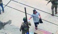 POBLADORES ENTREGAN  AGUA, FRUTAS Y ALIMENTOS  A POLICÍAS Y MILITARES  QUE CUIDAN MOYOBAMBA