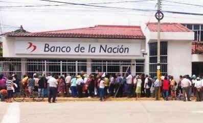 Largas colas realizan adultos mayores para recibir el bono de la ONP en las  sedes del Banco de la Nación