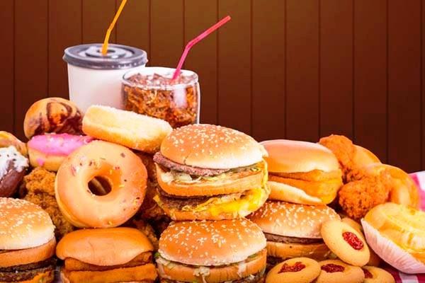 Consumo de comida chatarra puede aumentar casos de covid-19