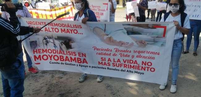 Familiares de pacientes renales protestaron frente al local de la Dirección Regional de Salud