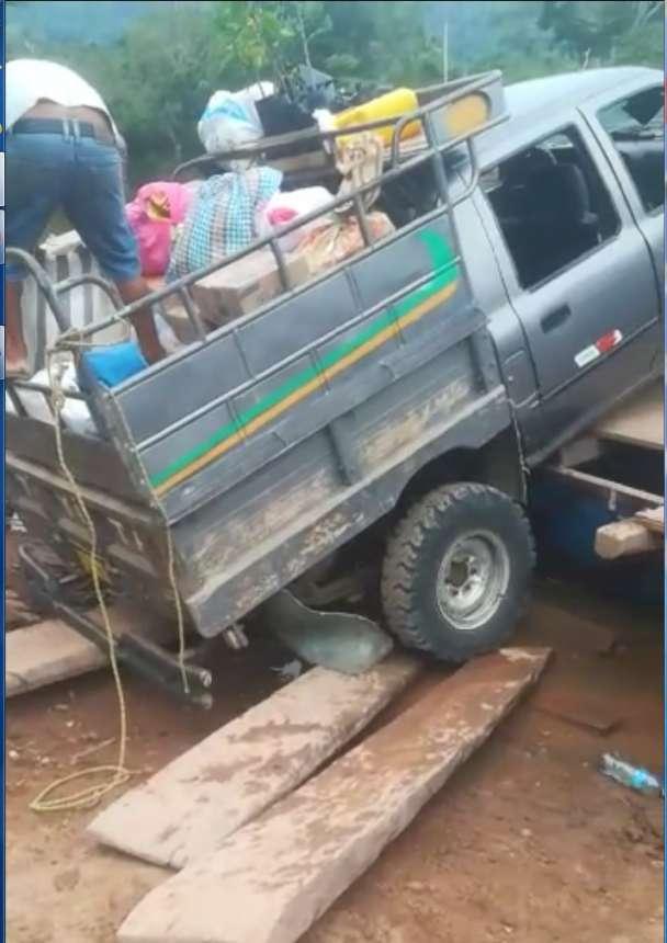 Informalidad, irresponsabilidad; camioneta cargada de víveres se salva de caer al río Mayo