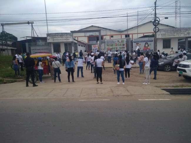 Trabajadores de Salud realizan protesta frente a la sede de la OGESS Alto Mayo
