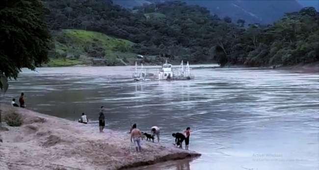 Trimarán del distrito de Sauce es arrasado por la creciente del río Huallaga