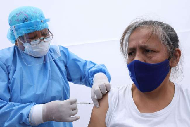 Cómo será la vacunación contra el coronavirus de los adultos mayores. Personal de salud será el primer grupo en vacunarse