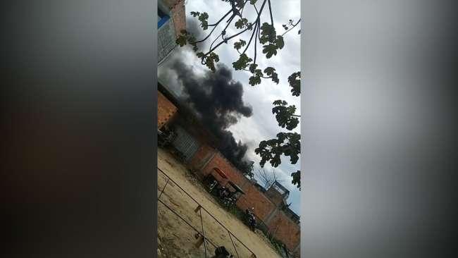 Vecino ocasiona fuerte humareda al quemar llantas y malezas