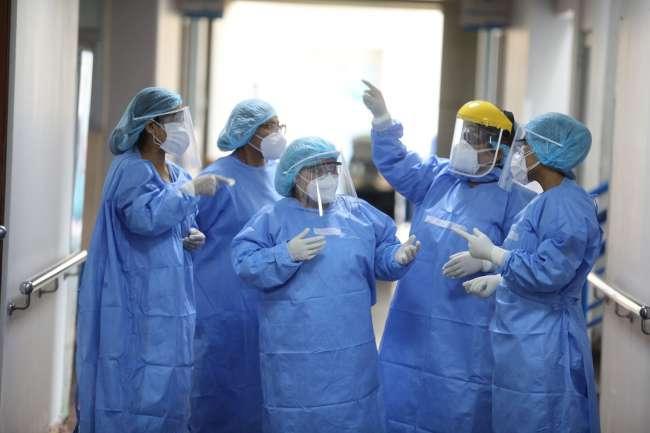 Firman autógrafa de ley que permite a médicos laborar en más de una entidad