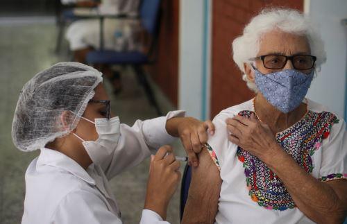 Adultos mayores son los primeros en recibir la vacuna Pfizer en San Martín