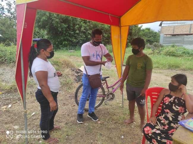 Jóvenes donan teléfono móvil a niños que hacen sus tareas vendiendo frutas