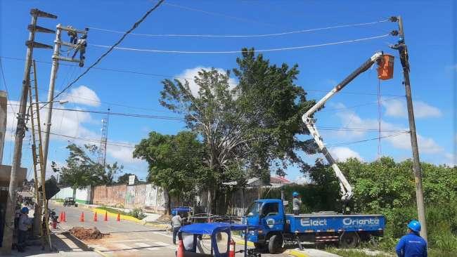 Electro Oriente instala postes de concreto en calle Raymondi