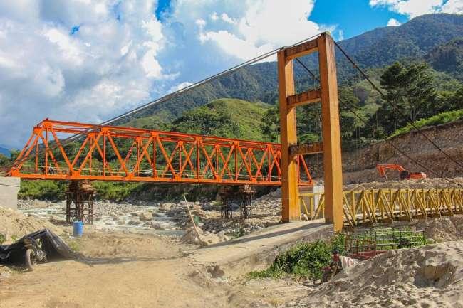 Puente sobre el río Tocache en el distrito de Shunté en su etapa final de construcción