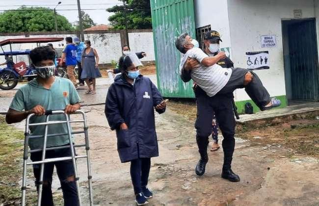Policía carga a adulto mayor con discapacidad para llevarlo a su mesa de votación