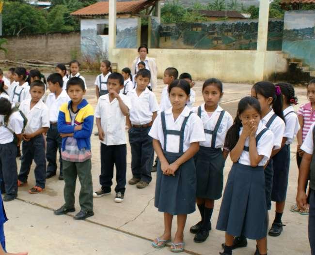 Niños de la comunidad quechua de Lamas no cuentan con tecnología ofrecida por el estado para estudiar.