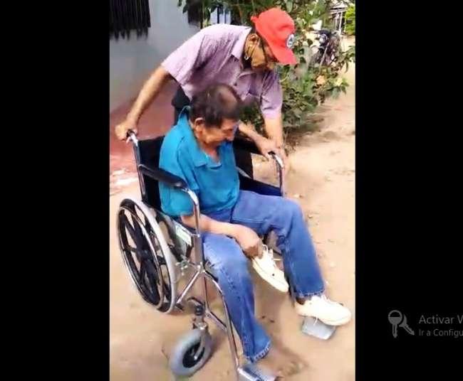 Vecino de Sauce regala silla de ruedas a indigente