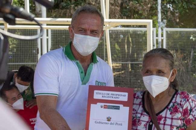 Alcalde Tedy del Águila entrega títulos de propiedad en La Banda de Shilcayo