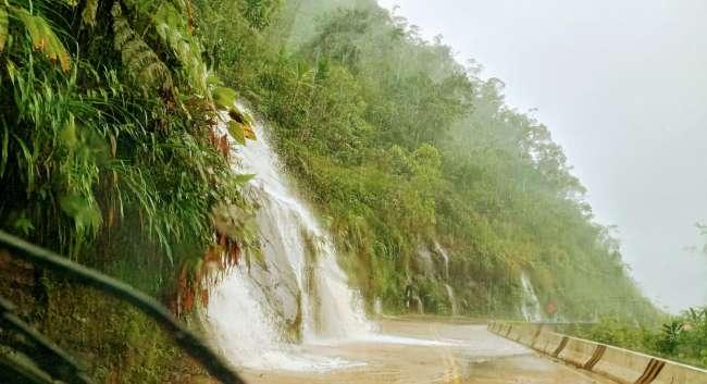 Persistente lluvia causa derrumbes en varios tramos de la carretera Fernando Belaúnde