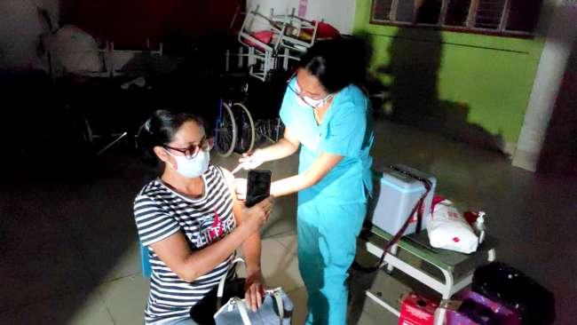 Personal de Salud vacuna a más de 50 personas durante apagón en el Colegio Jiménez Pimentel