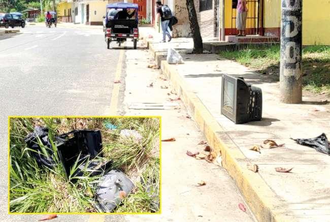 Encuentran más de 20 televisores averiados arrojados en un terreno abandonado