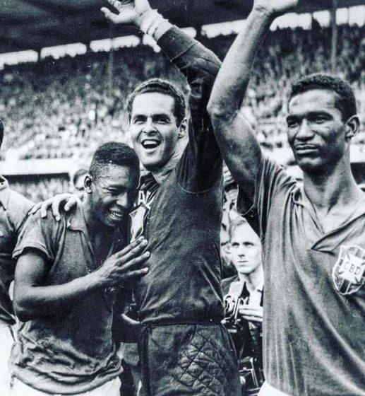 Una de las fotos más icónicas de la historia…Pelé-Gilmar y Didi al final del victorioso partido con Suecia en la Copa Mundial 1958!