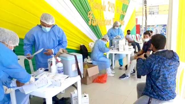 Personal de salud vacuna a la población en la Plaza de Armas