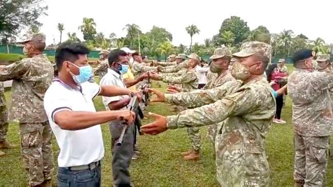 Entregan armas al personal del servicio militar voluntario
