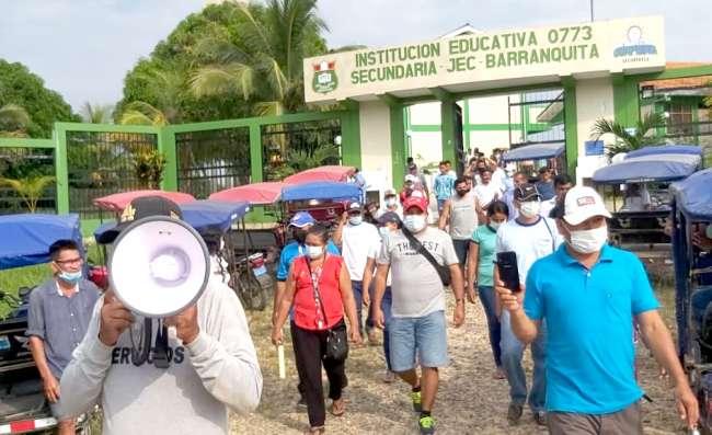 En Barranquita: PADRES DE FAMILIA Y POBLACIÓN EMPLAZAN A ALCALDE ANTE MAL ESTADO DE COLEGIO