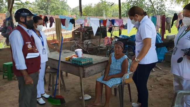 Personal de salud realiza visita domiciliaria a pacientes con cáncer