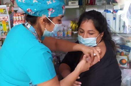 Brigadas de salud recorren mercados y centros de abastos de la para vacunar a comerciantes en sus puestos de trabajo