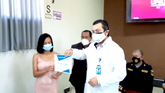 Premian a joven que devolvió 3 mil soles encontrados en cajero de Tarapoto